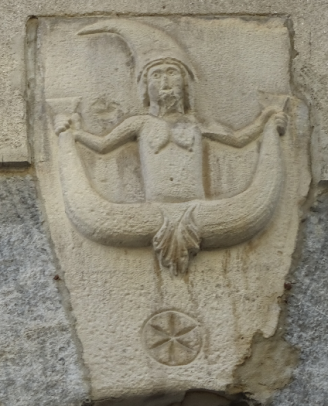 This keystone carving is not a coat of arms but what is believed to be a good luck charm. This is in Via Adama del Pero but the same design can also be seen above the eastern entrance to Basilica San Fedele